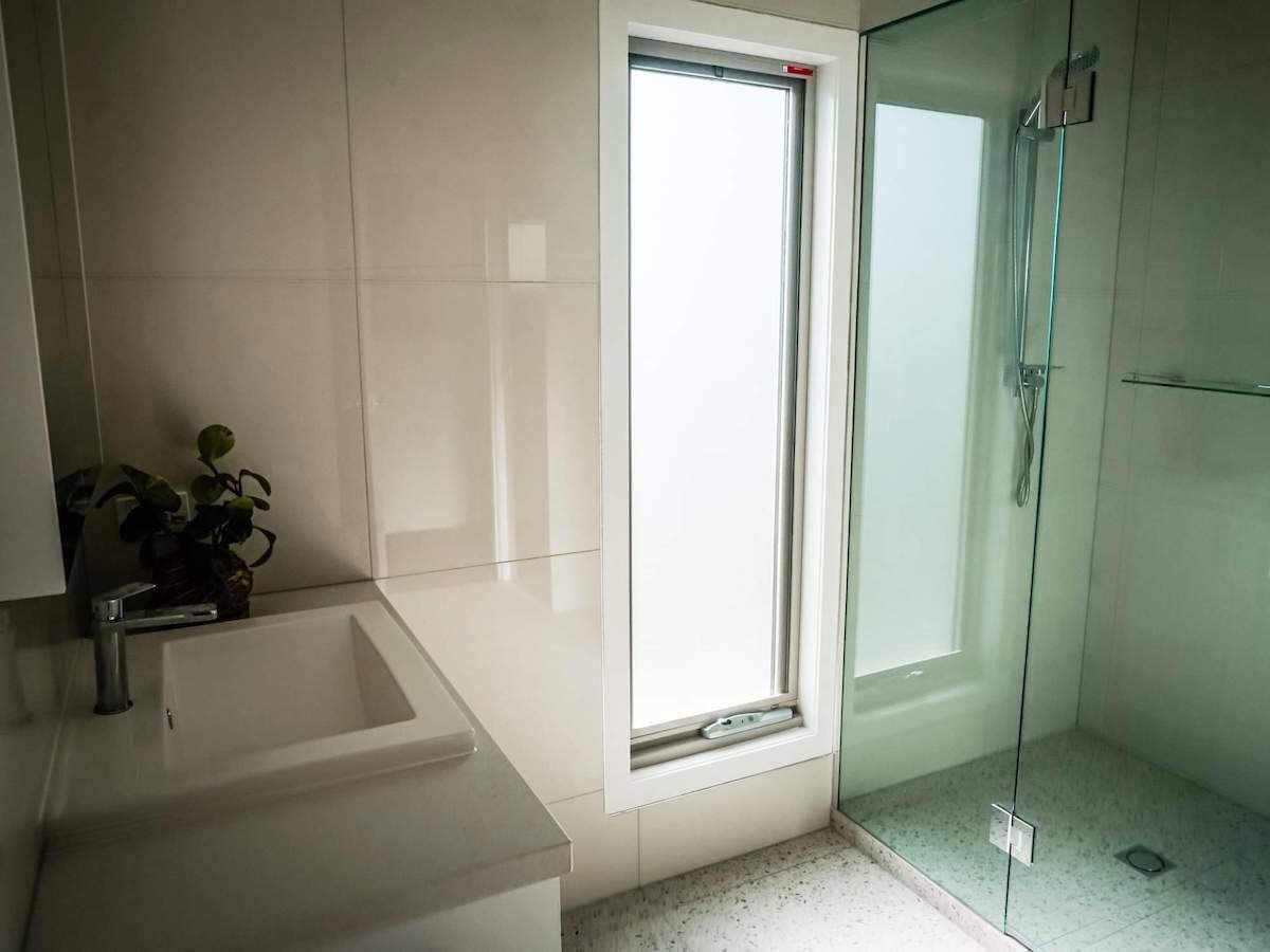 sustainable bathroom design for natural sunlight